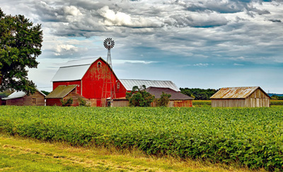 Farm landscape with red barn in background (Source: David Mark on Pixabay)